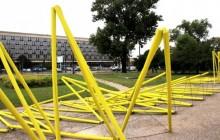 Zdewastowano instalację artystyczną przed Gmachem Głównym MNK