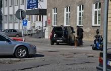 Tarnów: Policyjni pirotechnicy zajęli się podejrzanym pakunkiem znalezionym pod samochodem