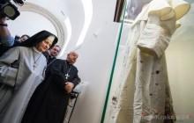 Zakrwawiona sutanna św. Jana Pawła II trafiła do Sanktuarium