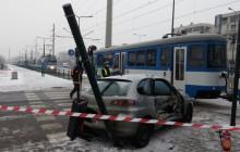 Strażnicy miejscy pomogli rannemu kierowcy - zderzenie samochodu z tramwajem