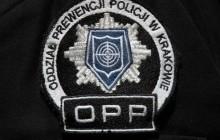 Policjanci Oddziału Prewencji Policji w Krakowie uratowali mężczyznę leżącego na torowisku