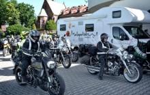 Motocykliści wiozą
