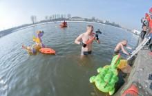 Krakowskie Morsy przeciągały smoka przez Wisłę