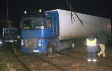 Tir na torowisku, uszkodził trakcję - tramwaje nie kursowały przez kilka godzin [ZDJĘCIA]