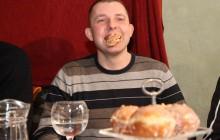 Zwycięzca zjadł 11 pączków w pięć minut !!! Jerzy Zalewski niepokonany ! [Zobacz zdjęcia+Video]