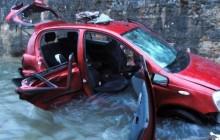 Samochód wjechał do rzeki. Kierujący zginął (zdjęcia)