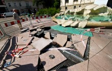 Ciężarówka wpadła do fontanny na pl. Szczepańskim [zdjęcia]