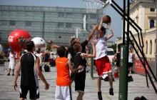 Turniej koszykówki ulicznej przed Galerią Krakowską
