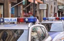 Policjanci zatrzymali 19-letnią kobietę, która podając się za pracownicę administracji okradała seniorów z biżuterii.