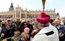 Poświęcenie pokarmów wielkanocnych na krakowskim Rynku [zdjęcia]