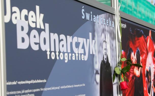 """""""Świat czeka"""" – wystawa fotografii Jacka Bednarczyka na Małym Rynku ( zdjęcia )"""