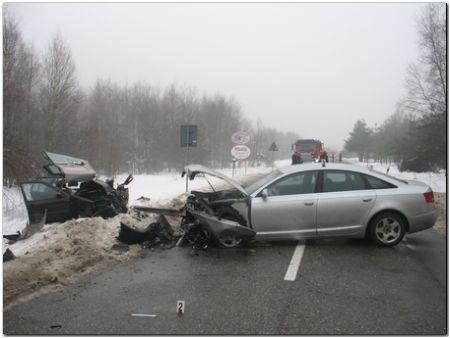 Brzesko:Czołowe zderzenie dwóch aut. Cztery osoby, w tym dwoje nastolatków trafiło do szpitala.