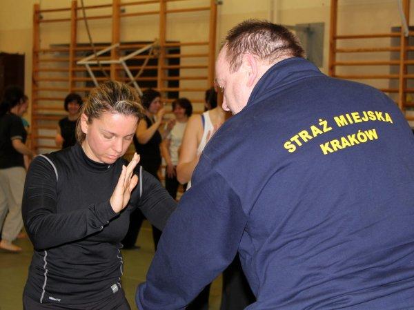 Pierwszy trening kursu samoobrony dla krakowianek
