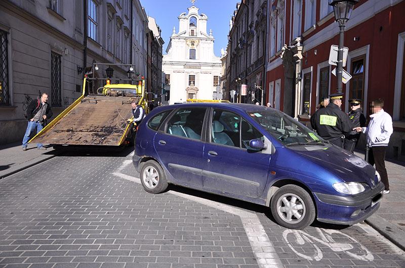 Kosztowne (bezmyślne) parkowanie na kontrapasie dla rowerzystów (zobacz zdjęcia)