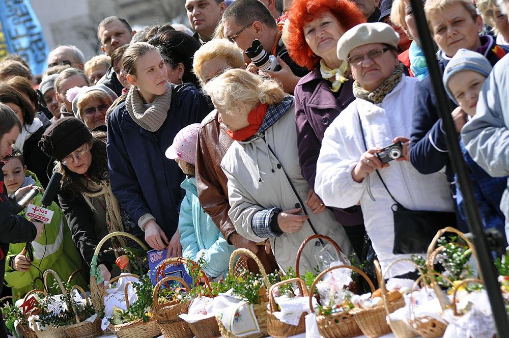 Święcenie Wielkanocnych Pokarmów przed Bazyliką Mariacką [ Fotorelacja ]