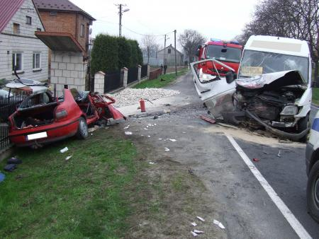 Czołowe zderzenie z Busem - trzy osoby ranne