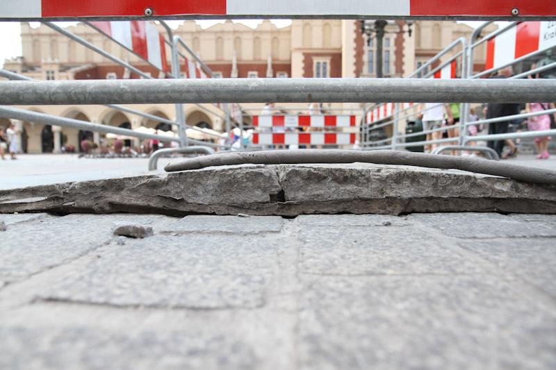 Wybrzuszona kostka na wyremontowanej płycie Rynku Głównego [ zobacz zdjęcia ]
