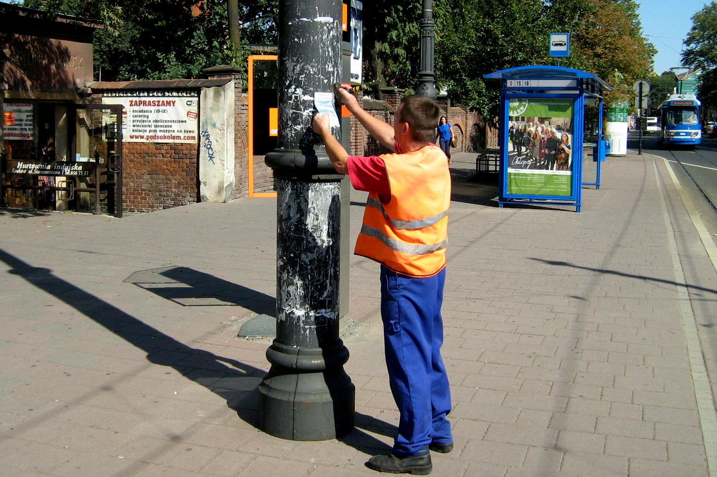 Szpecące miasto ulotki, plakaty i ogłoszenia pod lupą strażników miejskich