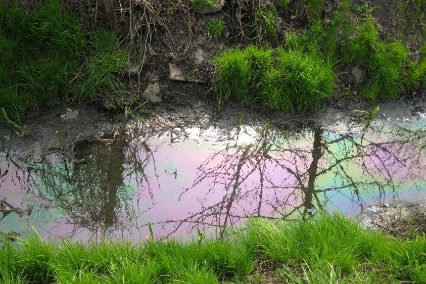 Olej napędowy płynął w cieku wodnym