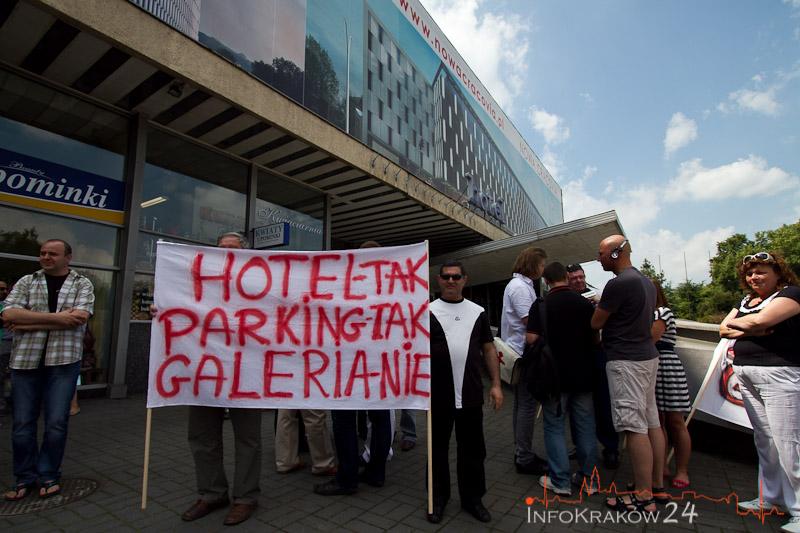 Kupcy protestowali przeciwko galerii handlowej w dawnym hotelu Cracovia [ zdjęcia ]
