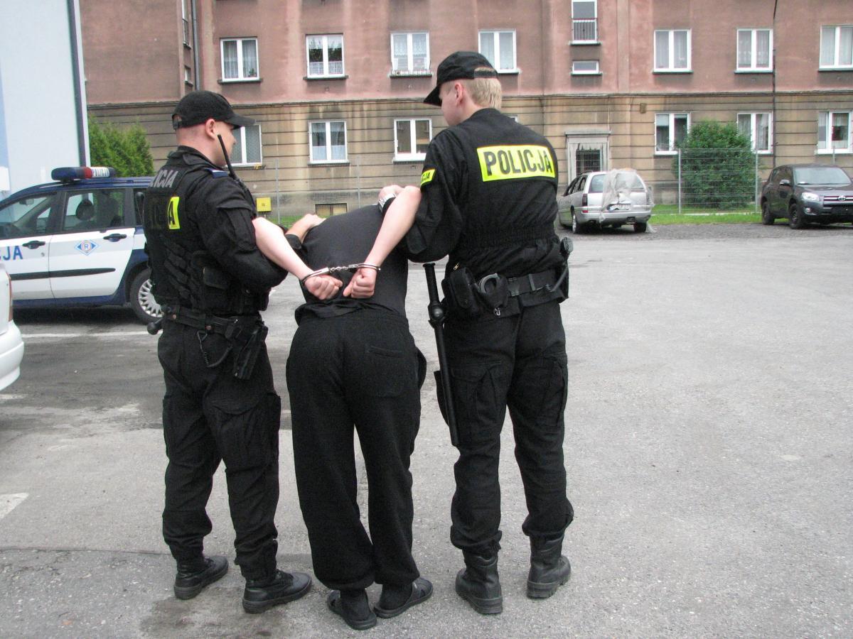 Oświęcim. Policjanci zatrzymali 15 podejrzanych o zakłócenie porządku publicznego na stadionie MOSIR w Oświęcimiu