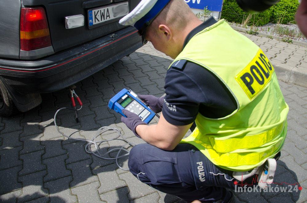Kraków: Policjanci kontrolują jakość spalin samochodów