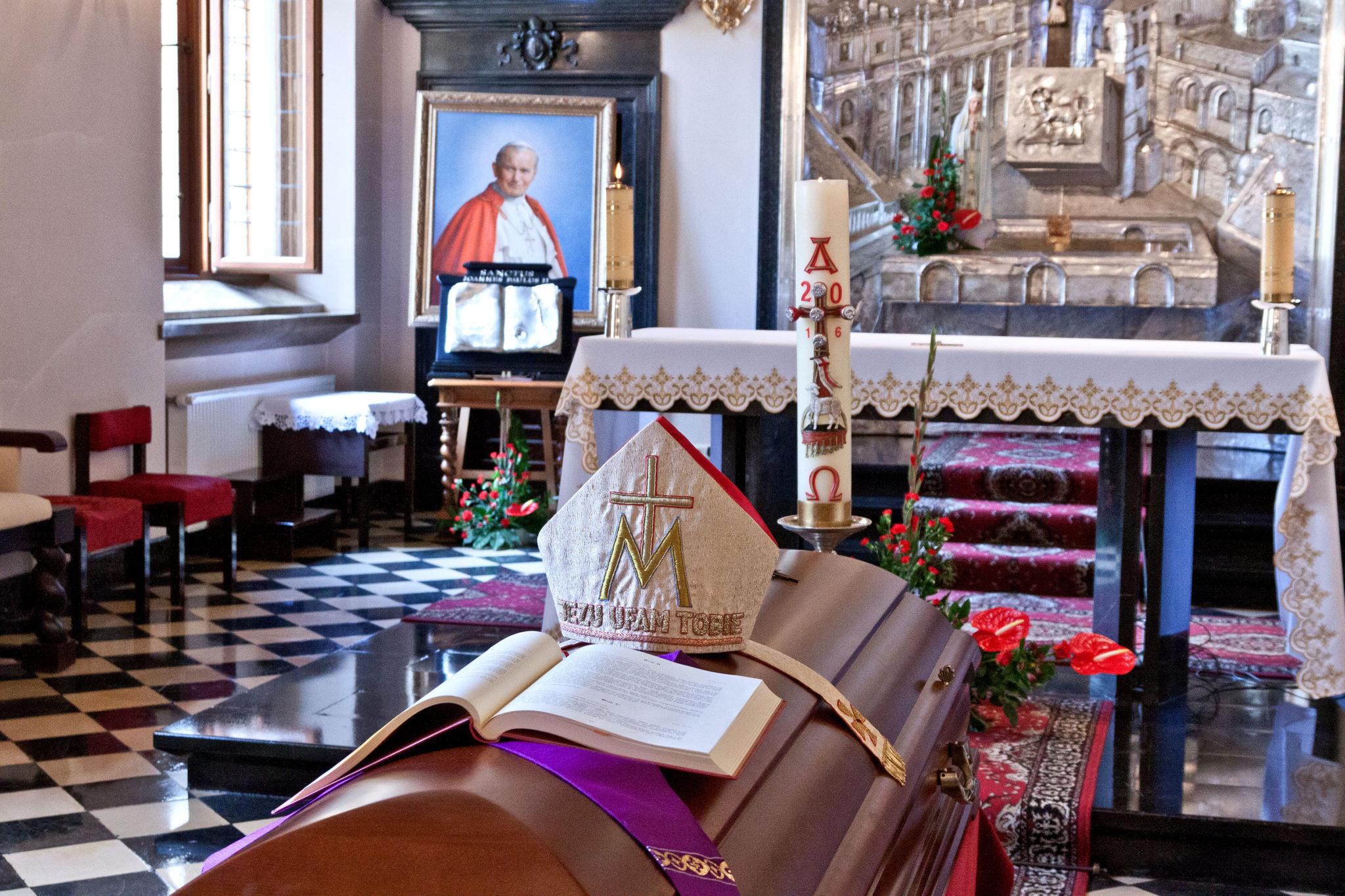 Kwiaty na grobie kardynała Franciszka Macharskiego