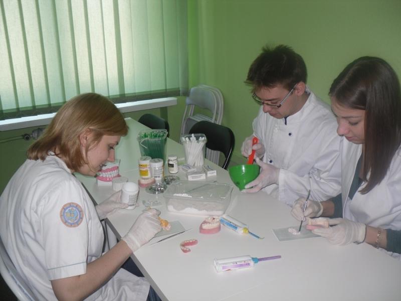 Czym różnią się zawody asystentki i higienistki stomatologicznej?