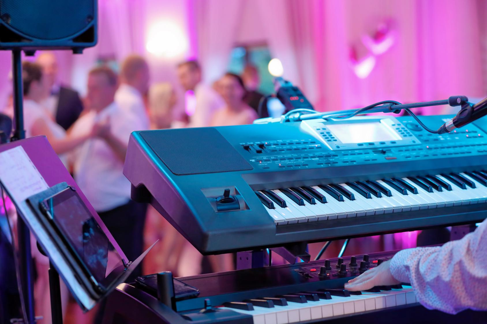 DJ czy zespół weselny? Co najczęściej wybierają pary w Krakowie?